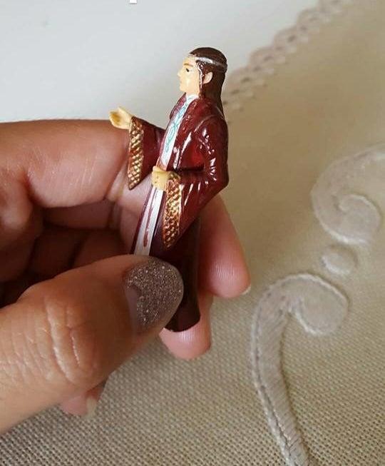 これは、聖アントニウスの人形だと思われていました。しかし近づいて見てみると、ガブリエラは何かがおかしい気がしたのです。