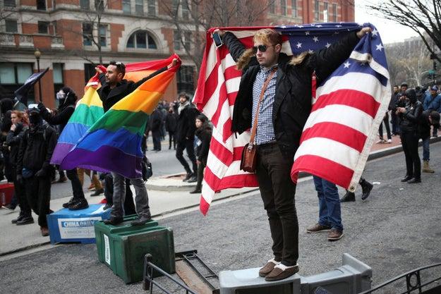 Ahora, los derechos de la comunidad LGBT estaban en peligro por la administración tan conservadora, así que empezaron las donaciones a ONGs.