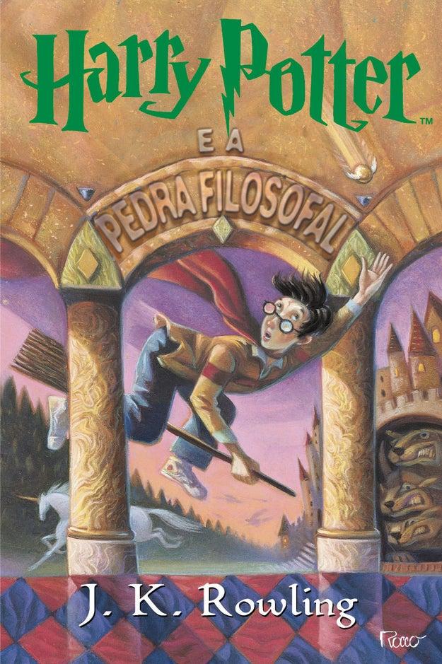 """Também saiu a primeira edição do livro """"Harry Potter e a Pedra Filosofal""""."""