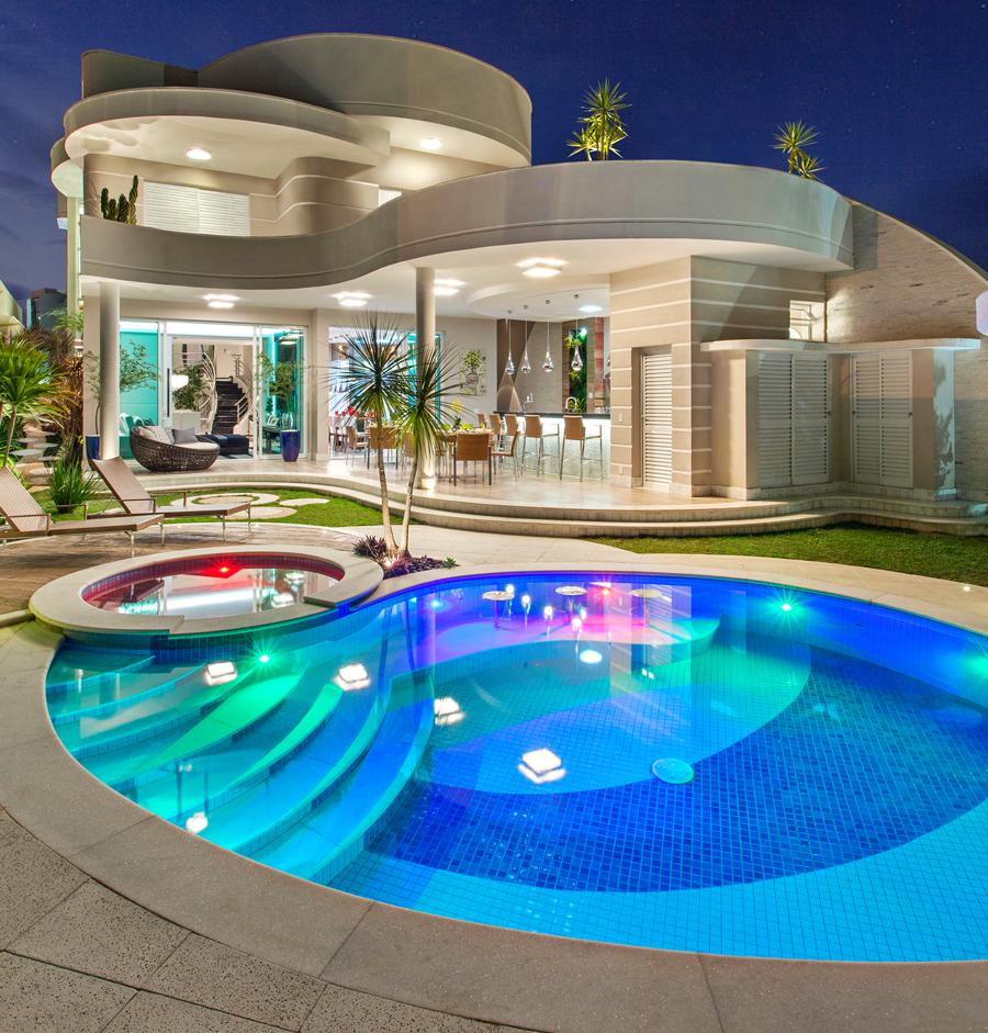 Seus primos passavam as férias numa piscina linda da casa deles...