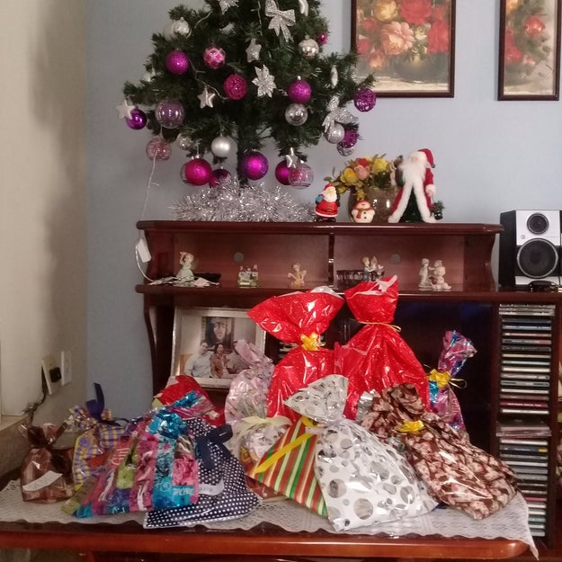 E seus primos aproveitavam o monte de coisas novas que eles ganharam no Natal.