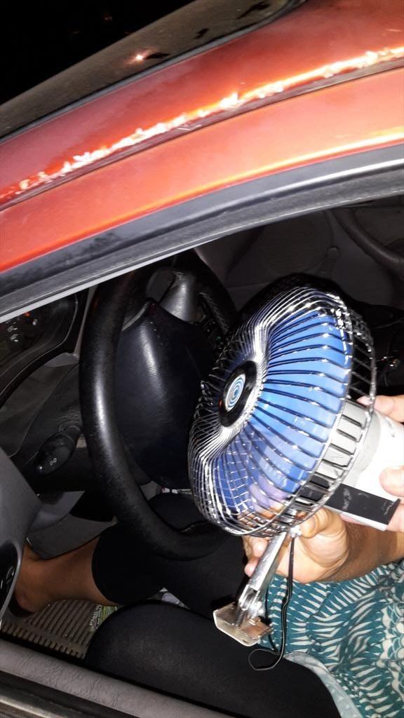 Só é possível andar pela casa com seu ventilador a tiracolo.