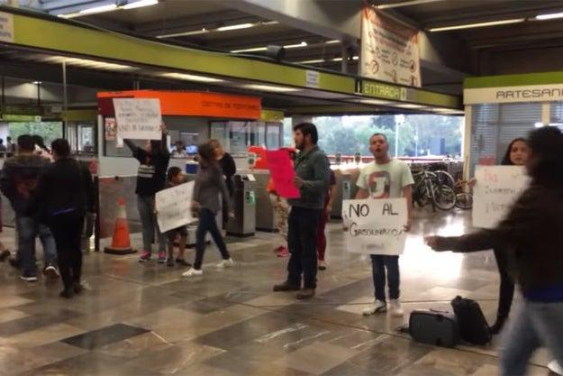 """Algunos protestantes tomaron metro Universidad y permitieron el libre acceso a los usuarios mientras sonaba """"Gimme the Power"""" de Molotov."""