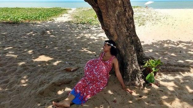 """Em entrevista ao BuzzFeed Brasil, a """"nova grávida"""", que na verdade chama-se Sayonara Fideles e é da Paraíba (bem longe de Taubaté), fez o ensaio como parte de um desafio de um grupo no Facebook."""