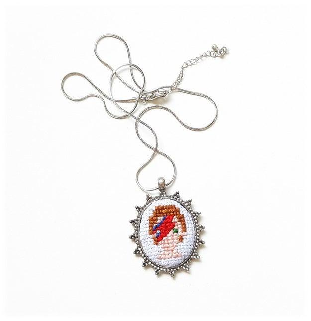 Um colar niquelado em técnica de ponto cruz é algo 100% nossas avós costurando.