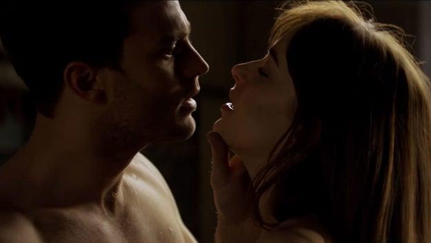 No olvidemos el momento en que Christian le pide que haga un margen de lipstick alrededor de las áreas que Ana no puede tocar.