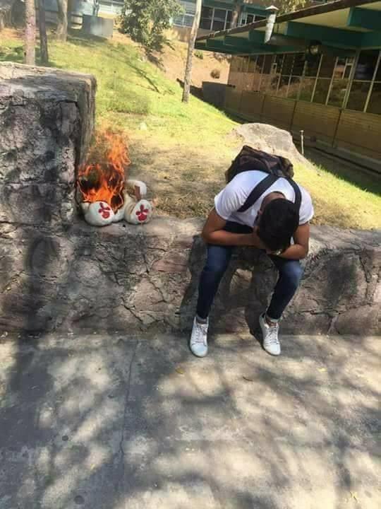 Ella fue tan fría que él tuvo que incendiar su peluche.