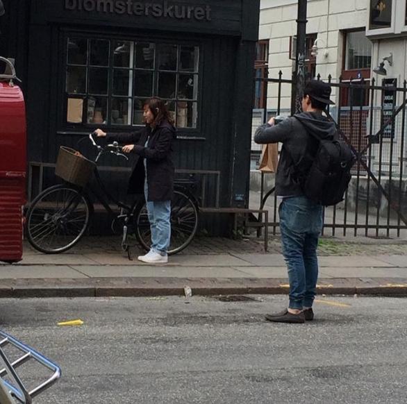 """""""Tómame una foto como si estuviese sola en la calle, montándome en la bicicleta""""."""