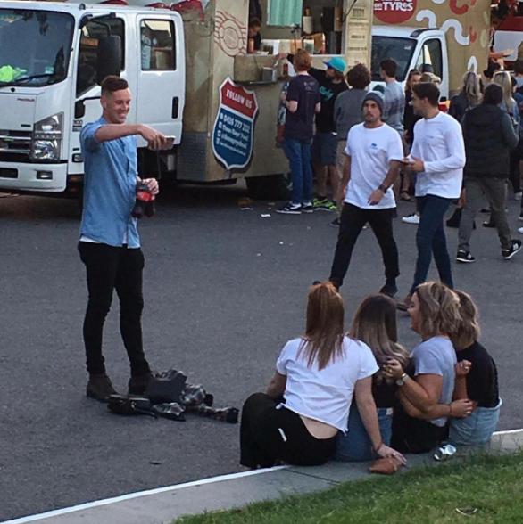 Este novio sostiene las bebidas de su novia y amigas, cuida de sus carteras y suéteres y toma la foto perfecta.