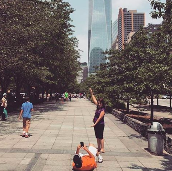 Detrás de cada foto turística en Instagram, hay un novio tirado en el piso.