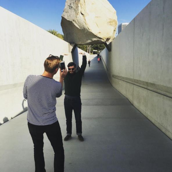 """""""Que se vea como si estuviese sosteniendo la roca""""."""