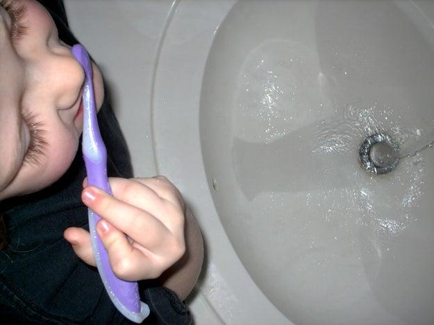 Lavarte los dientes con la llave del agua abierta.