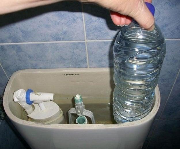No poner un botella llena de agua en el tanque del escusado.