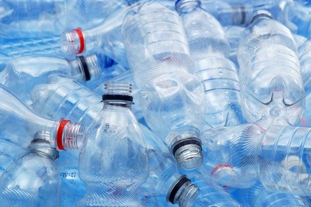 Comprar botellas de agua de plástico.