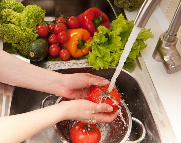 Y lavar las frutas y verduras de la misma forma...