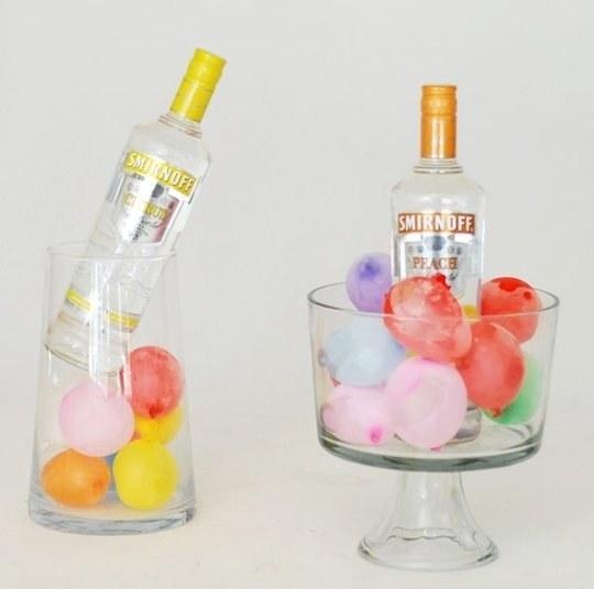 Si no tienes hielos, pero tienes globos, llénalos de agua y mételos en la hielera...