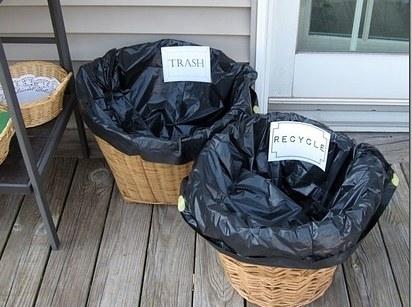 ¿No tienes suficientes botes de basura? Agarra canastas, o el bote donde pones tu ropa sucia y cúbrelo con una bolsa.