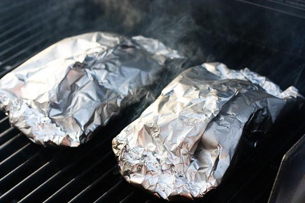 Usa ese mismo papel para cocinar tus verduras en la parrilla.