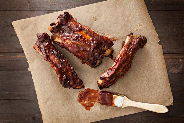 ¿Vas a usar salsas azucaradas como barbecue? No las pongas en el grill hasta unos minutos antes de que vayas a sacar la carne.