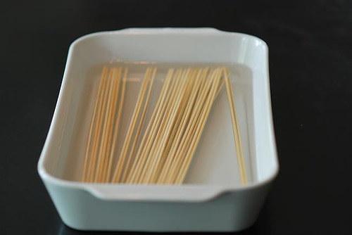 Si vas a hacer banderillas en palitos de madera, mójalos antes para que no se quemen.