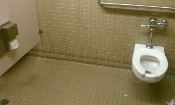 Aquí hace del baño el Hombre Elástico.