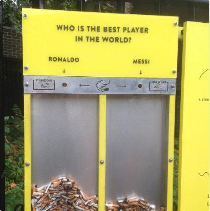Este contenedor de residuos que anima a la gente a tirar sus colillas mientras votan por el mejor jugador de fútbol del mundo.