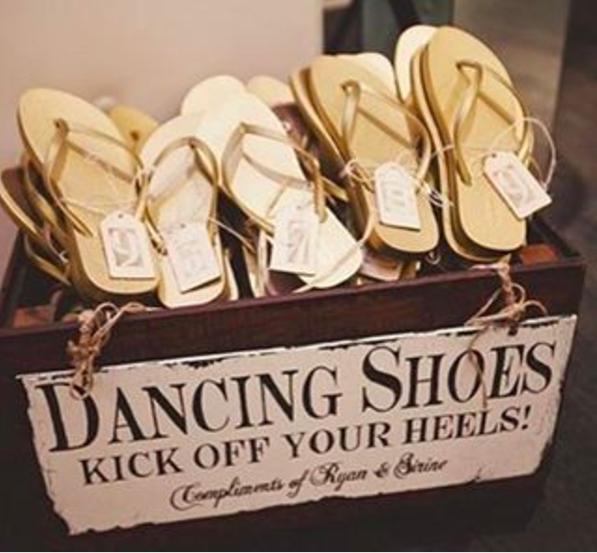 """Esta caja de sandalias en una boda que resuelve el dilema: """"quiero llevar tacones pero también quiero bailar""""."""