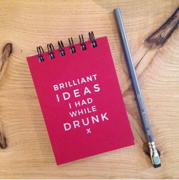 """Y este cuaderno que te garantiza que nunca olvidarás otra idea """"brillante"""" cuando te vuelvas a emborrachar."""
