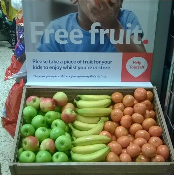 Esta tienda de comestibles que ofrece a los niños fruta gratis para que se dediquen a comer (y no a lloriquear) mientras compran sus padres.