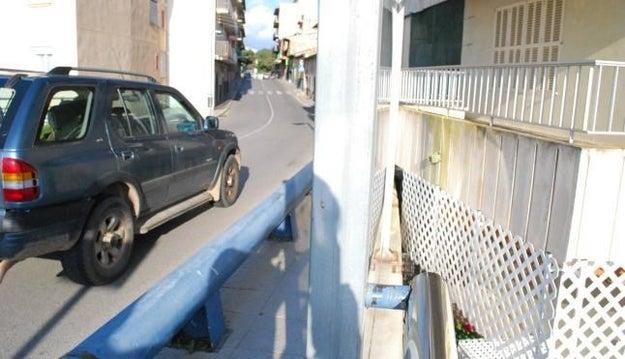 Este puente en Mallorca construido directamente en el balcón de una casa para que los vecinos disfruten 50% de los vientos del mediterraneo y 50% de los vientos de los tubos de escape.