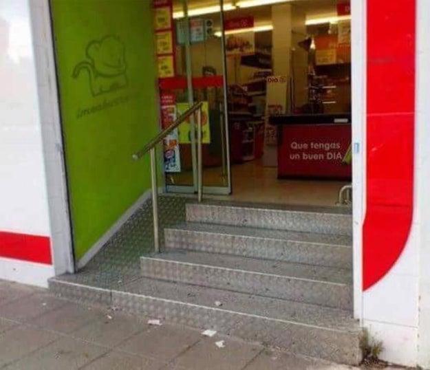 Esta rampa para entrar en el supermercado que tiene el superpoder de hacer que ahorres mucho dinero y adelgaces un montón.