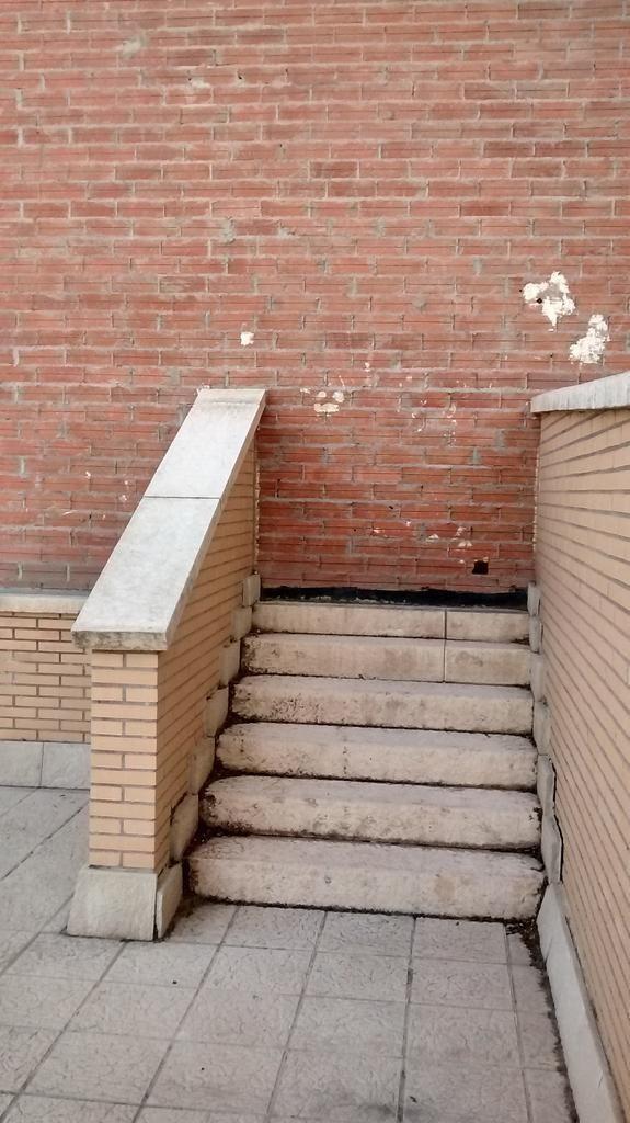 Estas escaleras que te llevan a un muro donde puedes subir a pegar el chicle.