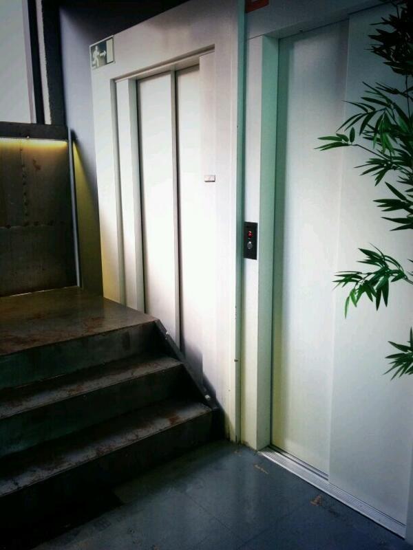 Este ascensor que nunca se estropea porque nunca se utiliza.