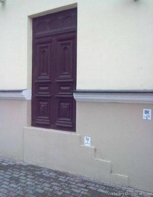 Esta puerta para gente altísima.