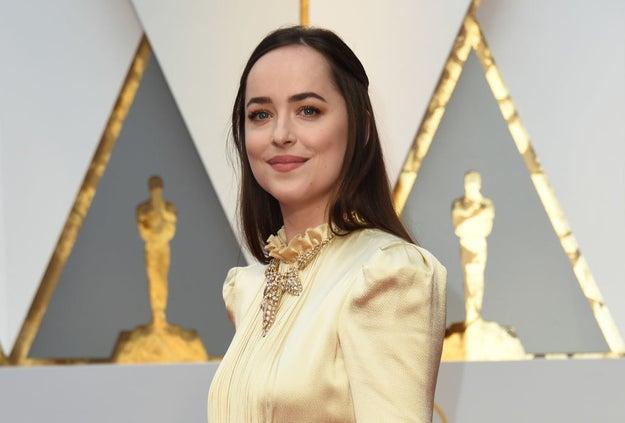 Definitivamente 50 Sombras más oscuras no está nominada al Oscar, pero Dakota Johnson se merece un premio a la sonrisa más alivianada.