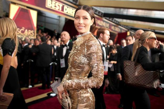 Jessica Biel no solo brillaba por su vestido dorado...