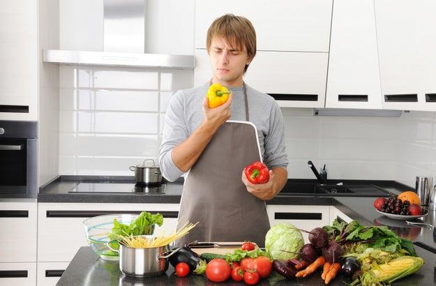 Que el hombre espere muchas fiestas por encargarse de una cena, porque claro, no es lo habitual.