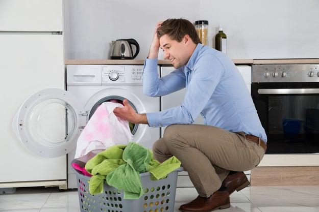 """Que en convivencia el hombre diga que él """"ayuda"""" en las tareas del hogar, como si él fuera un invitado EN SU PROPIA CASA y su responsabilidad no fuera la del 50%."""
