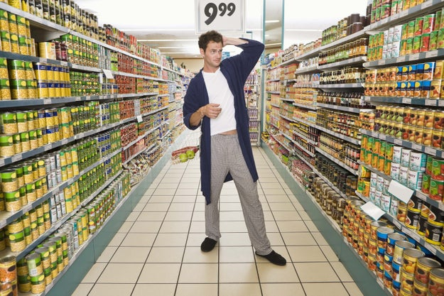 Encargarte tú habitualmente de la compra, incluso de productos que necesita exclusivamente él (como sus cuchillas de afeitar de color azul), mientras que él es incapaz de comprarte una caja de tampones.