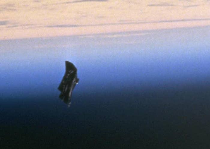 """Esta foto de 1998 supostamente mostra o """"satélite Cavaleiro Negro"""", um artefato alienígena que, dizem, está circulando pela órbita terrestre há 13.000 anos. Os teóricos dizem que o satélite era a fonte dos sinais extraterrestres anormais capturados por Nikola Tesla em 1899. A NASA diz que tudo não passa de lixo espacial, mas todos sabemos a verdade: com certeza é um marco ancestral alienígena, assim como o monolito em """"2001: Uma Odisseia no Espaço""""."""