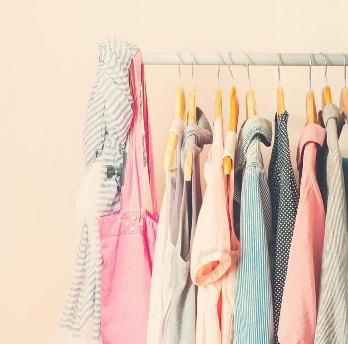 1c7906a60e Experimente olhar para as roupas do seu armário com o mesmo interesse que  você olha para as roupas em uma loja.