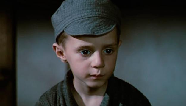 Él es Giorgio Cantarini, tenía solo 5 añitos cuando actuó en La vida es bella.