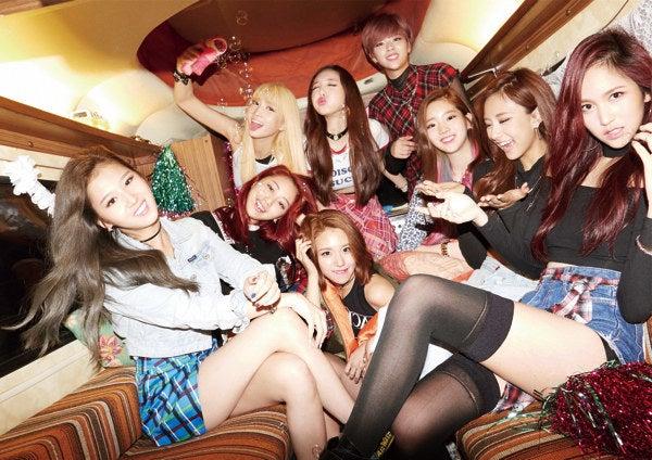 「TWICE」は2015年に韓国からデビューした9人組。これまでに出した3曲のPVすべてが1億回再生を超え、PSYも受賞した韓国のミュージックアワードをデビューから1年で受賞するなど、K-POP再注目のグループです。日本では未デビューにも関わらず、女子中高生を中心に話題を呼び、YouTubeやMixchannelなどで「踊ってみた」の定番曲になっていました。