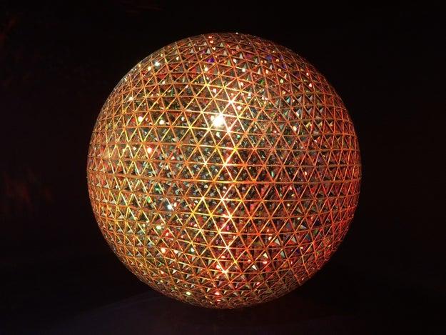 Fui a Zona MACO y vi un Sol de cristales Swarovski construido con geometría sagrada.