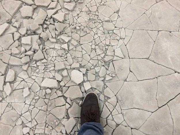 Vi un stand cubierto de arcilla sobre una superficie suave para que el piso se rompiera con cada paso y cada visitante dejara su huella.