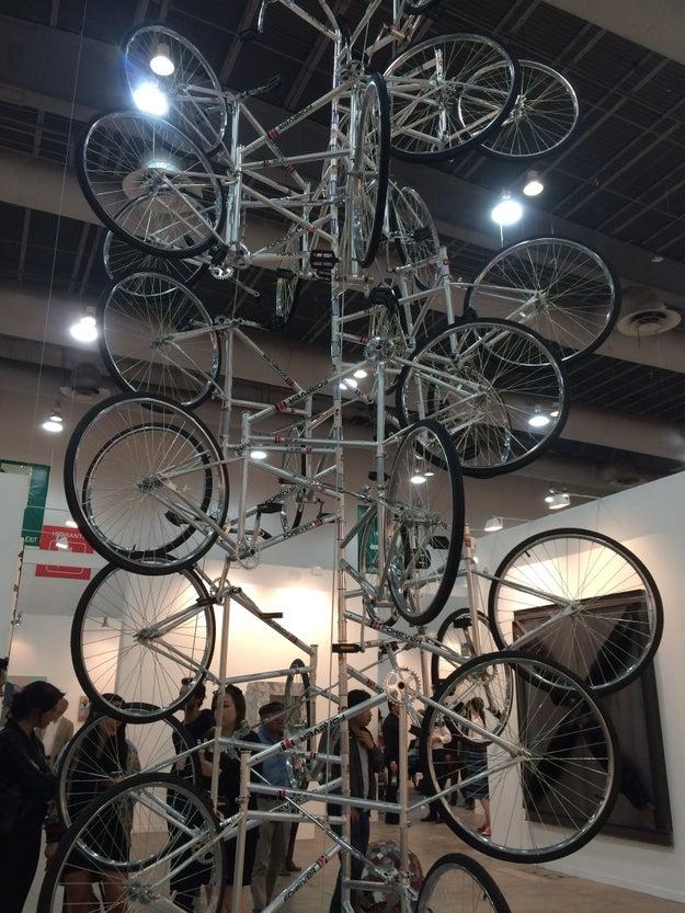 Vi una torre de bicicletas.