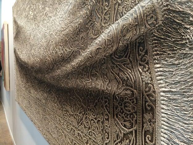 Primero creó el volumen con pintura sobre un lienzo plano. Luego usó un proyector para bordar cada detalle de la alfombra sobre la pintura.