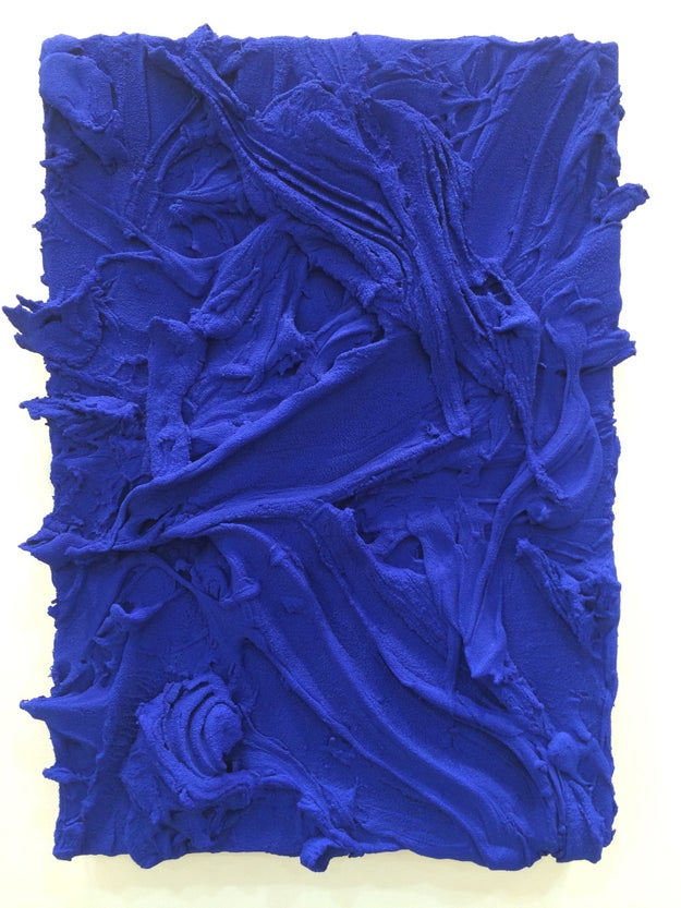 Vi un cuadro de pintura azul batida.