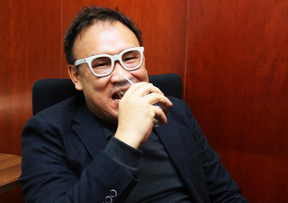 극중 도경처럼 컵을 씹는 김성수 감독(토쿠시게 타츠노리. BuzzFeed)