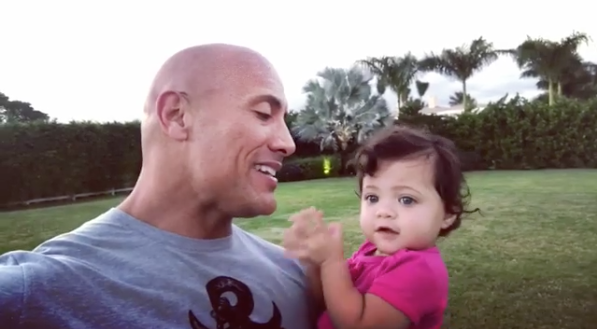 The Rock cantándole a su hija.